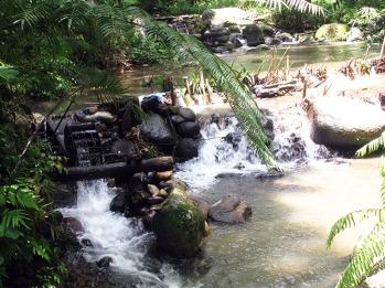 pemandangan sepanjang perjalanan. Kincir air milik warga perkebunan sekitar.